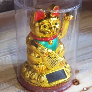 Maneki neko doré traditionnel avec patte qui bouge